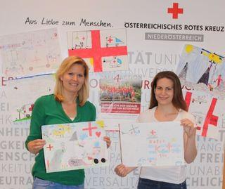 Nina  Marsalek und Andrea Vrdoljak mit einigen der eingereichten Zeichnungen.