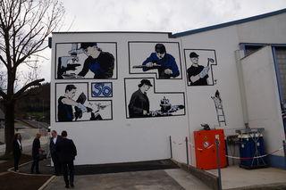 Street Art auf der Fassade von Stölzle Oberglas. Werner Bauer, Künstlername PUG, war hier am Werk.