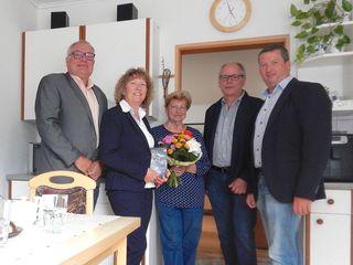 Vizebürgermeister Karl Fritsch, Gemeinderätin Helga Ronge, Jubilarin Walpurga Wenos,  Gemeinderat Andreas Neuwirth und Bürgermeister Gerald Glaser.