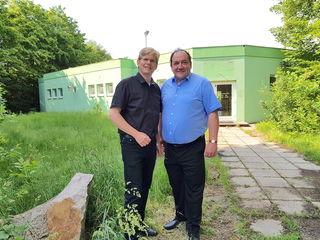 Gemeinderat Peter König und Bürgermeister Andreas Arbesser zeigen, wo bald schon kleine Knirpse gut betreut werden können.