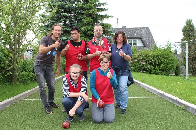 Das Team der Lebenshilfe Pettenbach mit den Trainern Lukas Stubenvoll und Monika Kirner auf der Boccia-Bahn