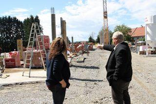 WOCHE-Geschäftsführerin Susanne Klinger und Bgm. Anton Weber auf der Baustelle zum neuen Gesundheits- und Gemeindezentrum von Dobl-Zwaring