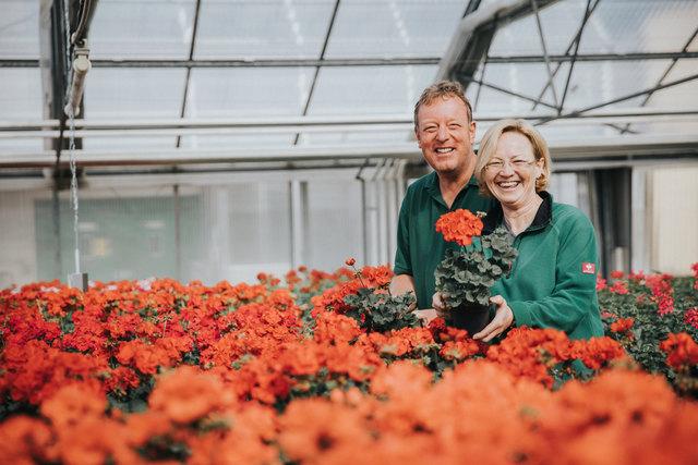 """Klaus Brawisch und Petra Schöpf von den Stadtgärten freuen sich auf viele Gartenfreunde beim """"Tag der offenen Tür"""" im städtischen Glashaus."""