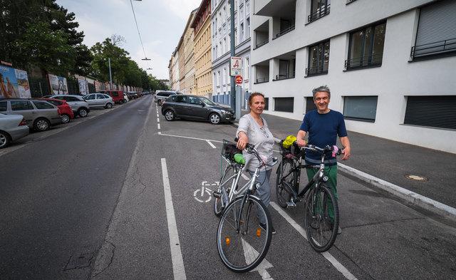 Radweg ins Nichts: Bezirksrätin Karin Prauhart und Sepp Neustifter, Klubvorsitzender der Grünen Hernals, kennen das Problem in der Rosensteingasse