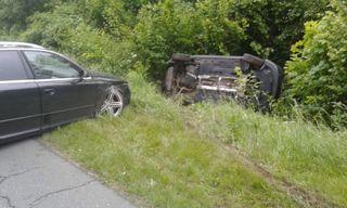 Das Auto landete auf der Fahrerseite im Straßengraben