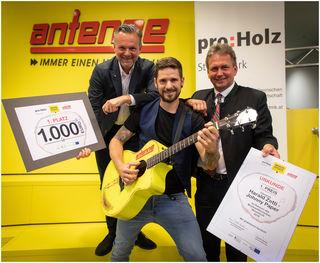 Harald Zettl alias Johnny Paper räumte den 1.000-Euro-Siegerscheck für seine Holz-Hymne ab. Franz Titschenbacher und Gottfried Bichler gratulierten.