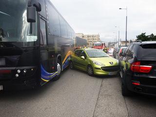 Der defekte Reisbus zerstörte in der Liesinger Carlbergergasse zwölf Fahrzeuge.