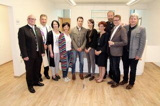 Der neue Hartberger Allgemeinmediziner Dr. Patrick Thurner mit seinem Team im Kreis der Ehrengäste.