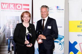 Margarethe Überwimmer nahm den Award für die FH Steyr entgegen, Ernst Faber für Colop Stempelerzeugung.