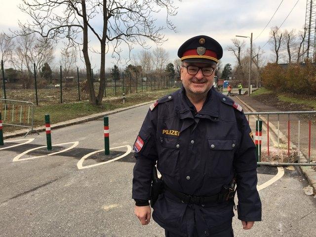 Kurt Kraus von der Polizeiinspektion Nussdorf zeigt die Poller, die auf der anderen Seite den Weg für Autos sperren.