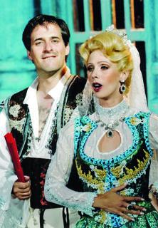 Doris Albrecht-Rothen als Sylviane aus der Lustigen Witwe. Mit Mathias Hausmann bei den Seefestspielen Mörbisch 2005.