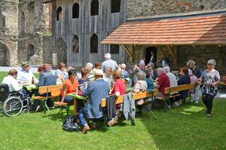 Rund 40 Personen kamen auf die Burg Krems zur originellen Muttertagsfeier.
