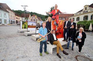 """Die Ausstellung """"Menschenbilder"""" am Hartberger Hauptplatz wurde in Anwesenheit zahlreicher Ehrengäste eröffnet."""
