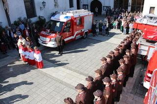 Ein neues Feuerwehrauto wurde vor der Pfarrkirche in Scheibbs gesegnet.