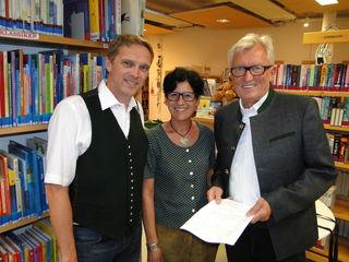 v.l.: Harald Gauster, Birgit Ferstl (Büchereileitung), Alois Reisenhofer (Kulturreferent).