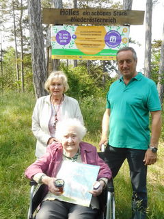 Älteste Mutter des NÖ. Museumsfrühlings mit 99 Jahren: Katharina Wöhrer mit ihrer Tochter Emma und Vzbgm. Leopold Schagl (Gemeinde Matzendorf-Hölles)