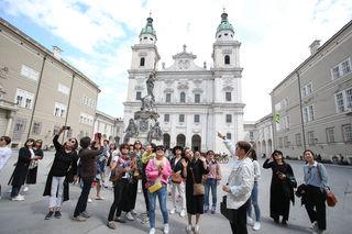 In der Sommersaison und im Advent besuchen bis zu 20.000 Menschen täglich den Salzburger Dom.