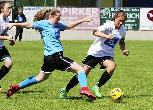 Graz-Bruckners Torschützin Jennifer Kraker (blau) gegen Liezens Toptalent Viktoria Fina.