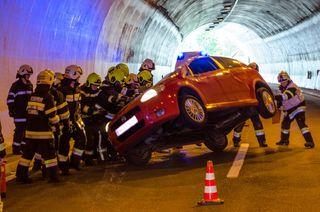 Die Feuerwehrleute stellten das Fahrzeug im Assingbergtunnel wieder auf die Räder.