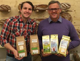 David un Johannes Tomic mit einigen ihrer Produkte vom Biohof