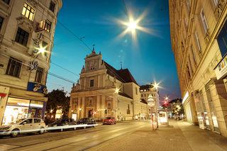 Taborstraße mit Blick auf den Karmeliterplatz und die Karmeliterkirche.