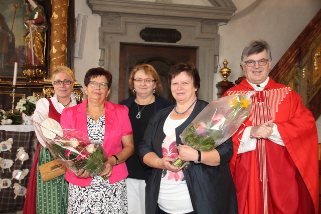 Margit Schweiger,  Erna Reisenhofer, Theres Reitbauer, Waltraud Berger u. Dechant Johann Schreiner v. l.