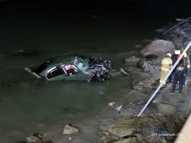 Ein voll besetztes Auto stürzte am Sonntagmorgen bei Schwarzach in die Salzach. Alle fünf Personen konnten geborgen werden.