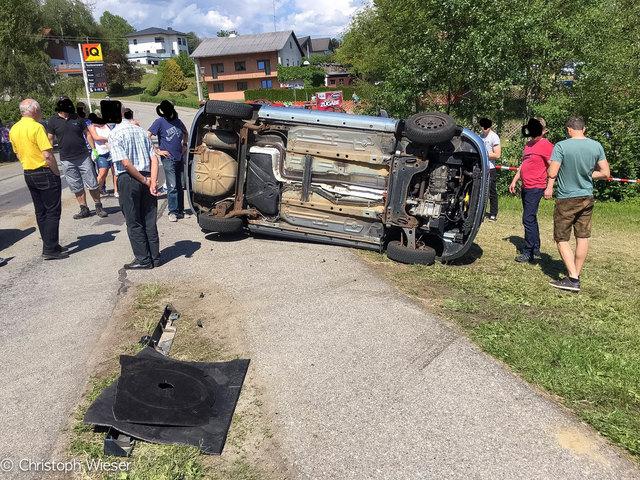 Eines der Fahrzeuge kippte um.