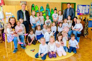 Der Kindergarten Obdach freut sich über den Publikumspreis. Foto: proHolz/Spekner