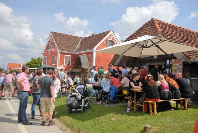 Trotz kühlerer Temperaturen lockte das Prebensdorfberger Keller-Straßen-Fest die Besuchermassen an.