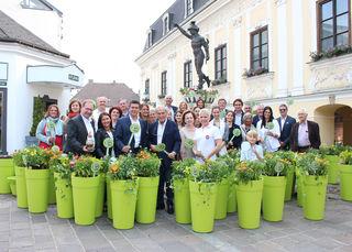 Rund 30 Wirtschaftstreibende, Vizebürgermeister Harald Schinnerl (3.v.l.) und Bürgermeister Mag. Peter Eisenschenk bepflanzten gemeinsam mit den Tullner Stadtgärtnern ihre GREEN ART-Blumentöpfe.