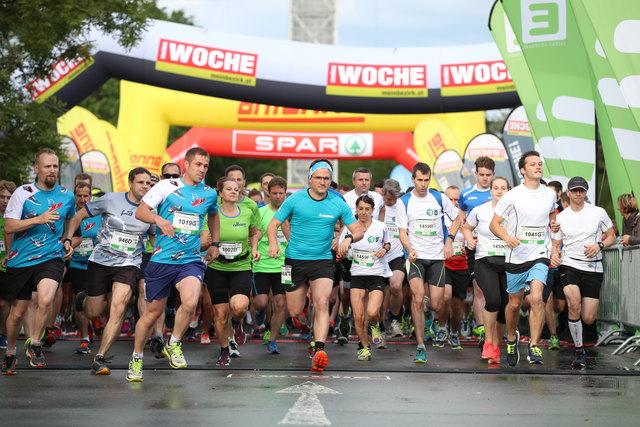 Im Laufschritt rund um den Schwarzlsee: Rund 6.000 Läufer und Nordic Walker sorgten beim 18.  E-Businessmarathon der WOCHE für ein mehr als würdiges Teilnehmerfeld.