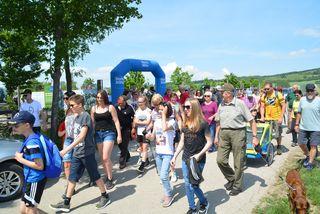 Rund 200 junge und junggebliebene Wanderer machten sich bei strahlendem Sonnenschein auf den Weg.