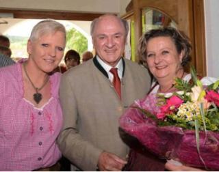 Ein Foto von der Eröffnung vor einem Jahr: Gastronominnen-Duo Gabriele Gumpert und Antonia Umlauf mit Politlegende Erwin Pröll