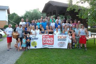 Essen, trinken, feiern und die Gemeinschaft genießen: Gewinnerin Beate Ebner aus der Redlham feierte im Vorjahr mit der Troadkasten-Runde ein großes Nachbarschaftsfest.