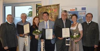 Von links: Ehrenobmann Johann Gradl, Richard Kriechbaumer, Johannes Neuhofer mit Partnerin Bettina Wasner, Ulrike und Josef Kinast, Almobmann Johann Holzmann.