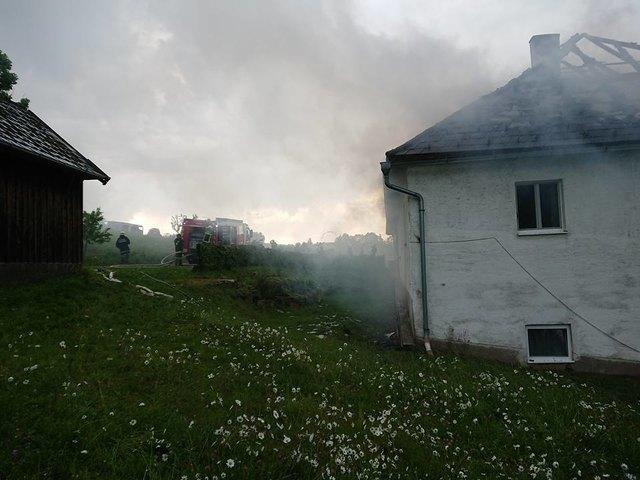 In Oepping steht ein Wohnhaus in Brand.