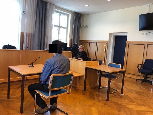 Vor Verhandlungsbeginn: Der Angeklagte (l.) mit seiner Verteidigerin Doris Hohler-Rössel.