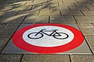 Ein 13-Jähriger stieß mit einer 63-Jährigen zusammen. Beide fuhren Fahrrad.