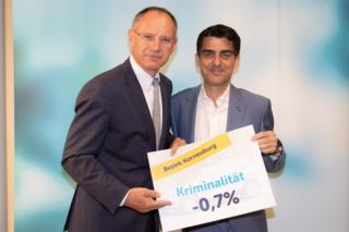 Gerhard Karner und Christian Gepp freuen sich: Im Bezirk Korneuburg ging die Kriminalitätsrate in den letzten vier Jarhen um 0,7 Prozent zurück.