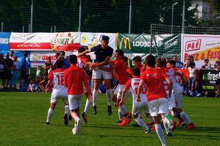 Die Jungs vom FC Augsburg jubeln nach dem erfolgreichen Elfmeterschießen.