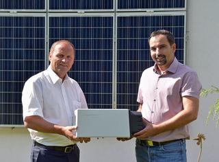 Thomas Becker (re.), Vorstand des Bundesverbandes PV-Austria, dankt LHStv Josef Geisler für die Verlängerung der Stromspeicherförderung und sieht im Tiroler Modell eine österreichweite Vorbildwirkung.