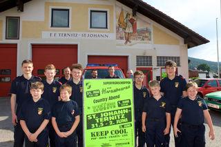 Nico, Stefan, Moritz, Philipp, Stefan, Lukas, Michael, Tobias und Martin von der Feuerwehrjugend freuen sich aufs Zeltfest.