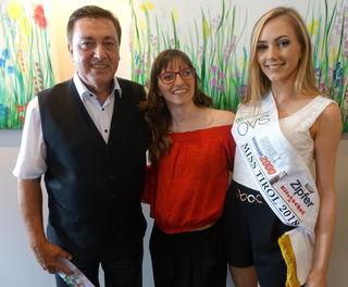 Notar Matthäus Pletzer mit seiner Nichte Verena Gasser und der Miss Tirol 2018 Theresa Ruetz (v. li.).