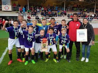 Das U 13-Team des FC Judenburg sicherte sich zur Freude von Coach Wutscher, Obfrau Pletz und Turnierboss Stelzer den prestigeträchtigen Zirbenland-Cup-Sieg.