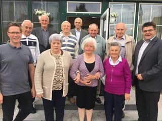 Ortsvize Thomas Hoffmann (l) und Bürgermeister Hans Lotter (r) gratulierten den Schattendorfer Jubilaren.