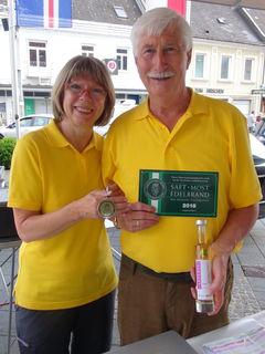 Gertrud und Hans-Peter Maurer mit Goldmedaille und Hoftafel der LWK.