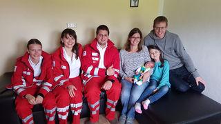 Das RTW Team mit den glücklichen Eltern Bettina und Gerhard Sonnweber, Tobias  und seine Schwester Amalia.
