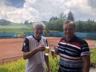 """Erfolgreiches Duo (von links): Gastwirt Ludwig """"Lucky"""" Oyrer und SV-Pregarten-Obmann Ferdinand Staber."""
