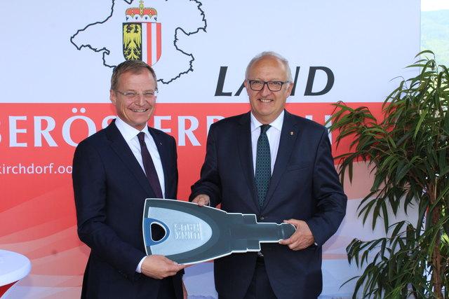 Landeshauptmann Thomas Stelzer überreicht Bezirkshauptmann Dieter Goppold (re.) symbolisch den Schlüssel für die neue Bezirkshauptmannschaft.